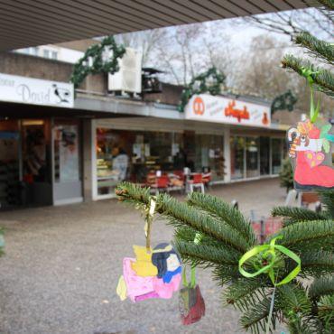 Gemeinschaftliches Weihnachtsbaum schmücken und singen im Einkaufszentrum