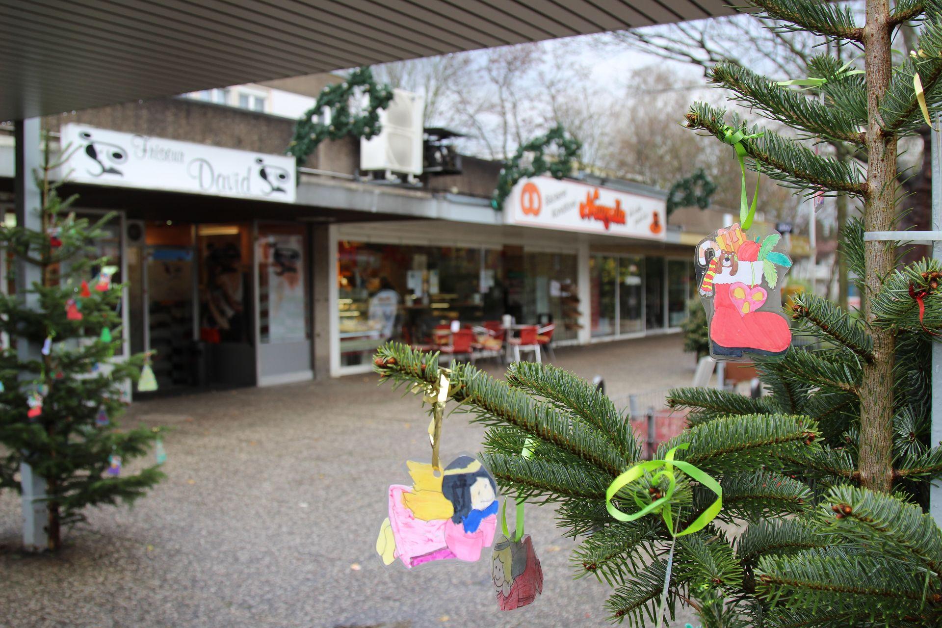 gemeinschaftliches weihnachtsbaum schm cken und singen im. Black Bedroom Furniture Sets. Home Design Ideas