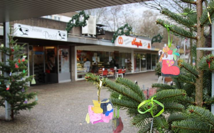 Weihnachtsbaum-schmücken im Einkaufszentrum jährt sich bereits zum 15. Mal